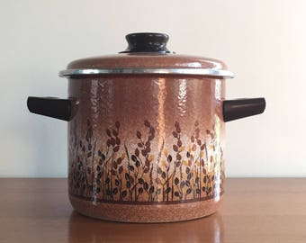 Vintage enamel pan with lid, botanical print, motif grain.