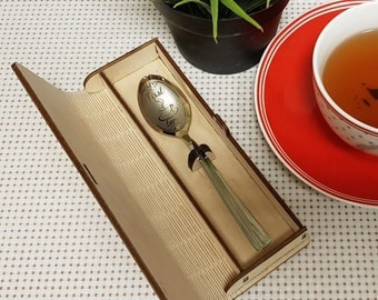 Engraved spoon with engraved packing box ! First Tea .