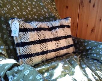 handgwebtes Pillow made of hand-spun wool