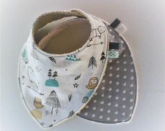 Bavoir bandana par 2 ,bavoir foulard ,tissu imprimé tons turquoises,gris et blanc ,  coton gris a coeurs blanc ,cadeau de naissance .