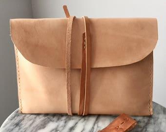 Monogrammable hand-laced leather clutch - Sasha