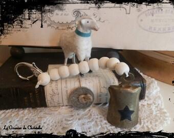 clochette avec étoile noire peinte et perles en bois et fermoir