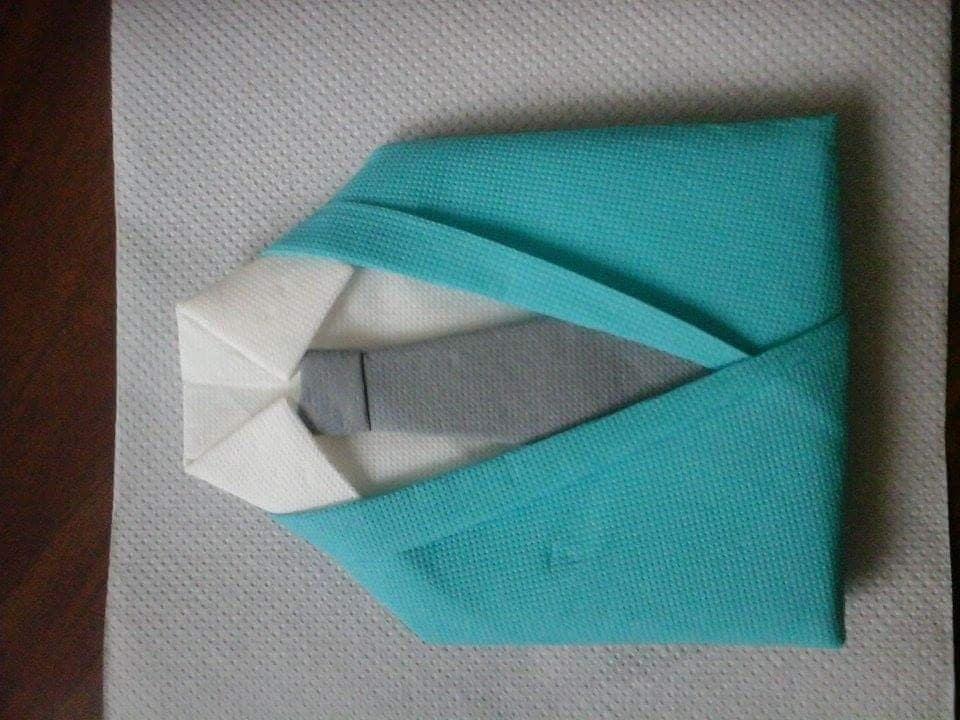 pliage serviette en forme de costume chemise cravate bleu. Black Bedroom Furniture Sets. Home Design Ideas