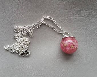 Necklace 62 cm + pendant sphere 1.8 cm in resin and dried baby's breath pink flowers