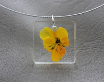 Round neck + pendant square 3 x 3 cm resin and dried flower Pansy yellow
