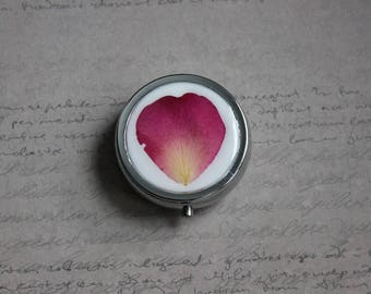Pill box or small round box, 1 compartment covered with resin and a Rose Petal