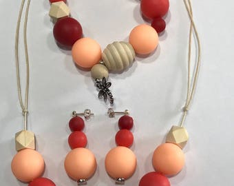 Set necklace, bracelet and earrings made of silicone and wood