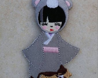 Badge little geisha and her kitten, fusible Applique.