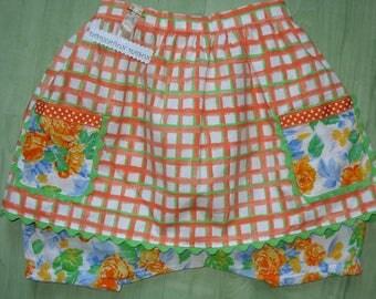 Sarouel à fleurs et son tablier à carreaux orange vert et blanc