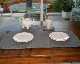 Set of 2 place mats gray with gray bottom of cups
