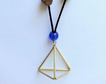 Sautoir à pendentif Himmeli triangulaire en laiton, et perles en bois