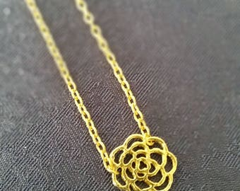 Plated chain necklace gold adorned with a rose gold metal filigree