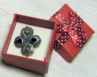 Brooch/pendant, in silver, marcasite, enamel. Made in India. Not new.
