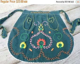 ON SALE Vintage 1970/70s Portuguese embroidered folk cotton apron