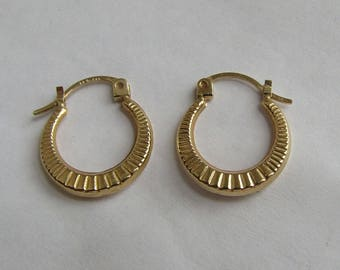 Petite 14K Y Gold Hoop Earrings, nice radial design, vintage in very good condition, free US first class shipping