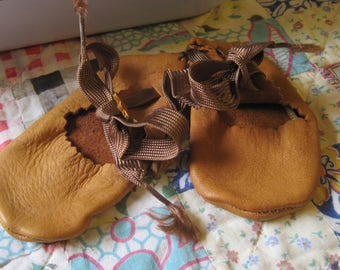 Adorable Pair of Vintage Baby Leather Moccasin Booties Size 0