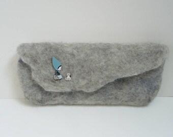Pochette grise chaperon bleu et chat en laine feutrée à la main