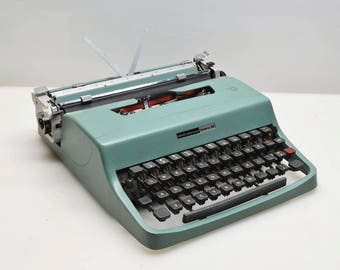 Vintage 1968 Underwood Olivetti Lettera 32 Manual Typewriter in Teal, New Black and Red Ribbon, Beautiful Condition with Dust Cover, Italy
