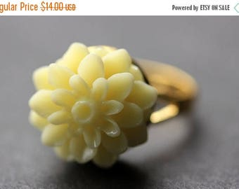 SUMMER SALE Ivory Mum Flower Ring. Ivory Chrysanthemum Ring. Ivory Flower Ring. Adjustable Ring. Handmade Flower Jewelry.