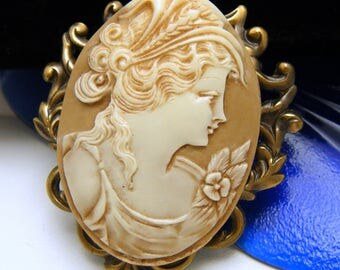 Pretty Vintage Resin Cameo Brooch Gold Tone