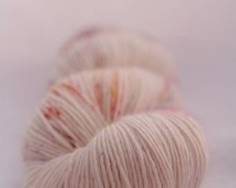 Echeveau de laine teint à la main - superwash - mérinos - fil fingering - tacheté - teint à la demande - THE
