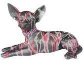 Statue de chien Chihuahua, en résine. Longueur 29 centimètres. Laure Terrier