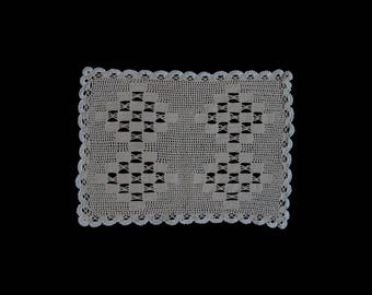 Vintage handmade crocheted doily -- two-tone beige and white rectangular doily with diamond pattern -- 14.5x11 / 37x28 cm