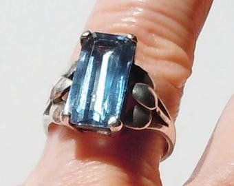 Sterling ring / Blue Retangular Cut Stone / Leaf mount design / Simple Flash / Size 7 1/2