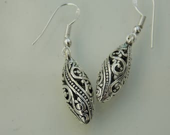 Silver plated // Patterned, victorian-ish earrings