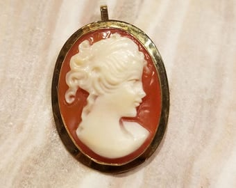 Vintage cameo 18k yellow gold pin brooch pendant.