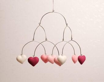 Mobiel voor in de babykamer met vilten hartjes in roze kleuren