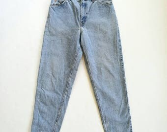 Vintage Levi's distressed mom's jeans high waist relaxed fit tapered leg
