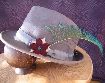 """Chapeau """"Paon"""". Coupe borsalino, gris et prune. Plume de paon. Taille 57."""