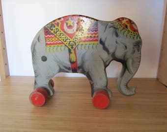 Wood-towing elephant with wheels from the Gecevo-Verhofa ex DDR of the years ' 50