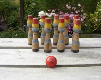 Bowling. Quilles en bois à jouer. Jouet vintage . Jeu ancien. Old wood toy. France