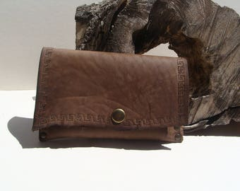 Handcrafted tobacco brooch in old brown leather style baroudeur
