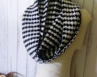 Crochet Infinity Scarf - Houndstooth pattern