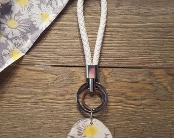 Daisy keyring/keychain white leather