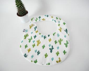 Bavoir taille 0-6 mois ou 6-18 mois - tissu blanc imprimé cactus verts - tissu éponge blanc - bouton pression en laiton - repas bébé
