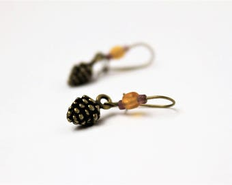 """Boucles d'oreilles : """"les p'tites pommes de pin"""" en métal bronze et mini perles en verre jaune"""