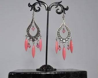 Boucles d'oreille d'inspiration bohème chic rose et argentée.