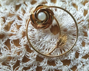 Vintage Gold Tone Circular floral leaf brooch/pin jewellery with pearl/faux pearl centrepiece.