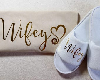 Wifey Slippers and Tote Bag with Heart-Gold Lettering, Customized Gift for Wife Wifey, Personalized Slippers and Tote Bag for Wife Wifey