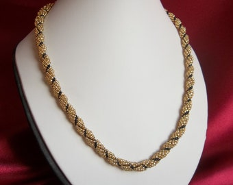 Beaded necklace in gold and black