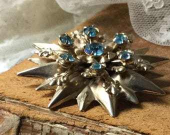 Luxe Fleur de Lys Lis Turquoise Rhinestone Gold Tone Brooch Pin Unsigned Sixteen Point Star Shaped Tiered Levels Prong Set Stones Feminine