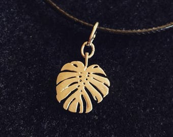 Charm necklace: A Monstera Deliciosa leaf. For plant lovers and plant hoarders all over the world.