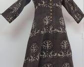 Longue tunique femme en coton gris taupe à motifs  blancs crème , col rond avec empiècement et boutons/ brides sur le devant