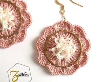 """Boucles d'oreille en crochet rose et dentelle cercle doré - modèle """"Mandala"""" Coll. HOLI  - Pastel // bohème // hippie // Fleur"""