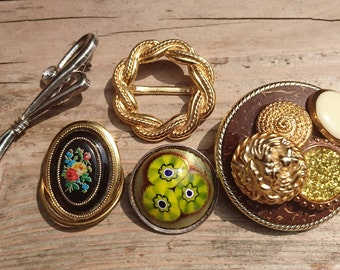 Lot of three brooches and two scarf clips
