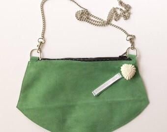 Pochette en cuir velours vert, porté épaule ou bandoulière, petit sac design